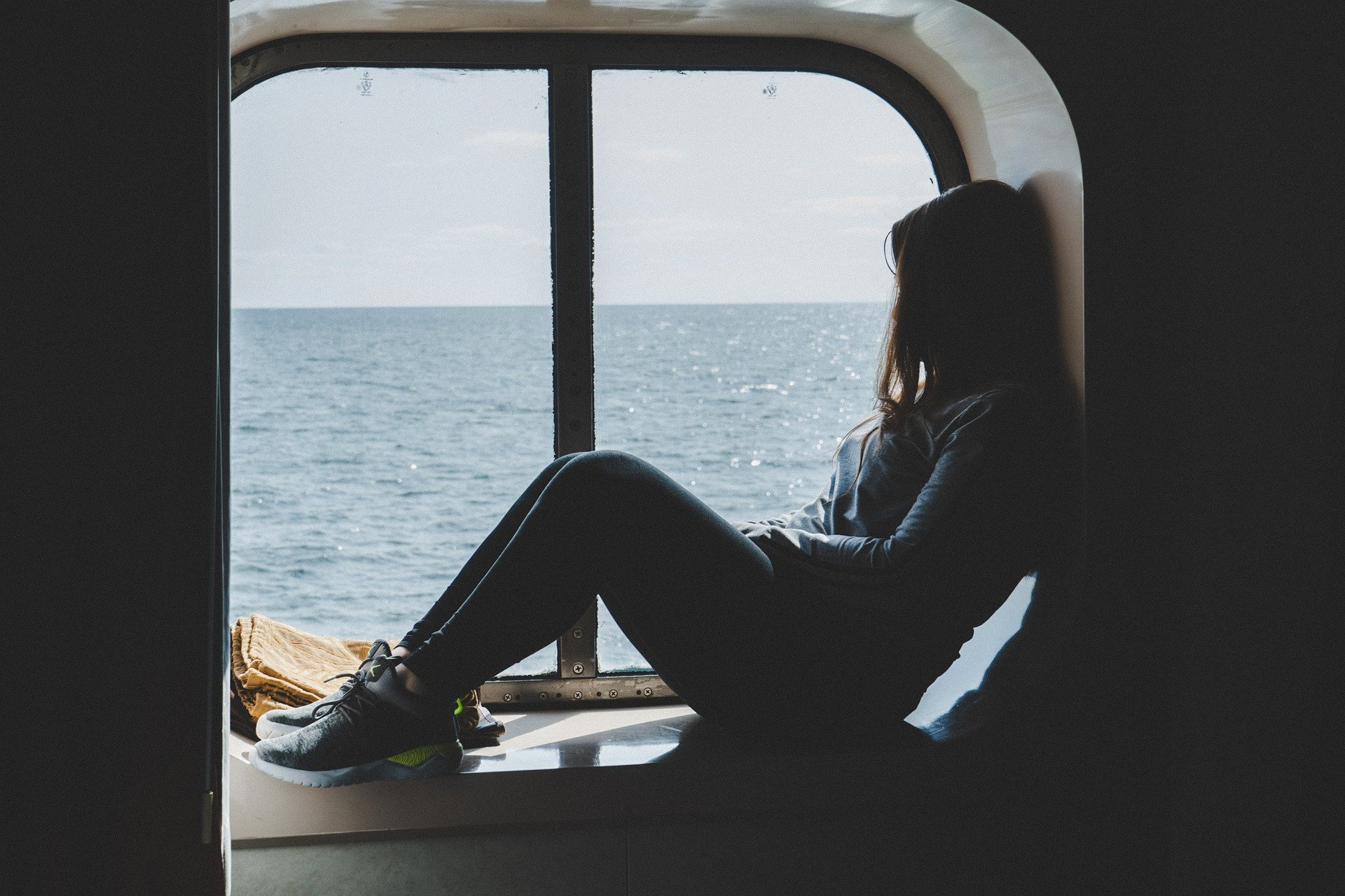 Девушка на окне