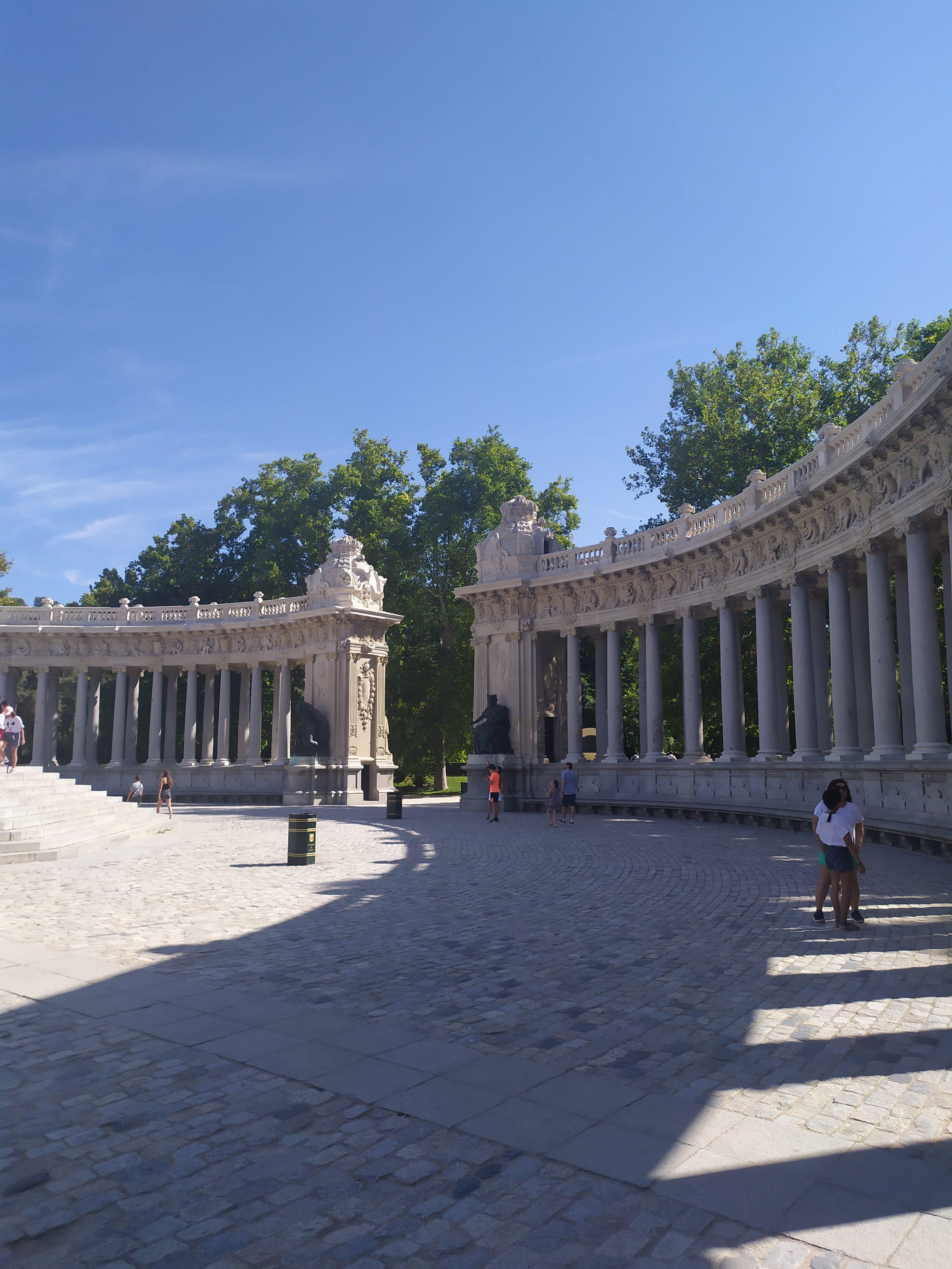 Стены возле Памятника Альфонсо XII в парке Ретиро