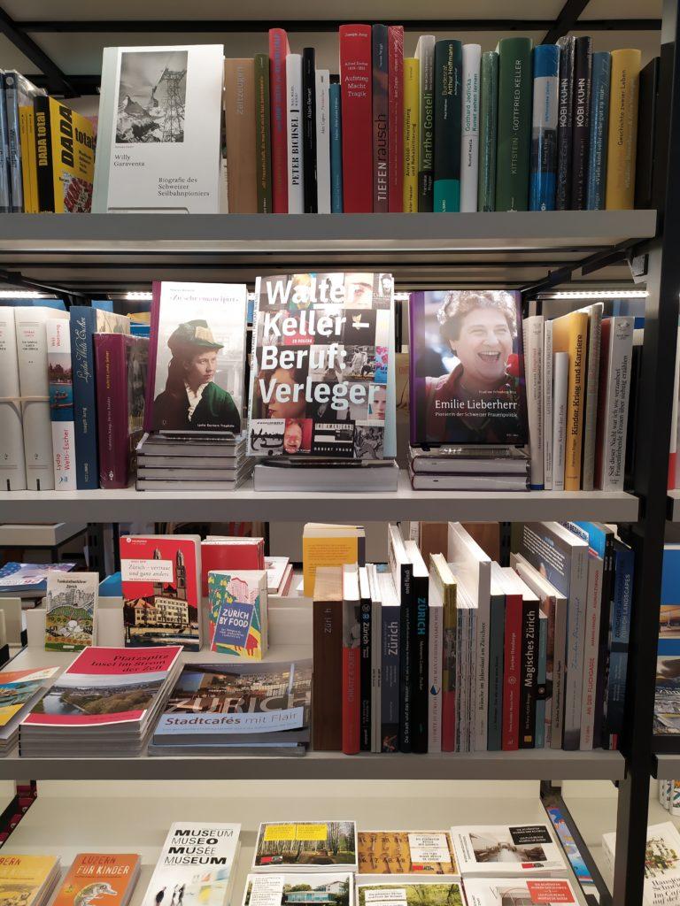 Книжные стеллажи в магазинчике